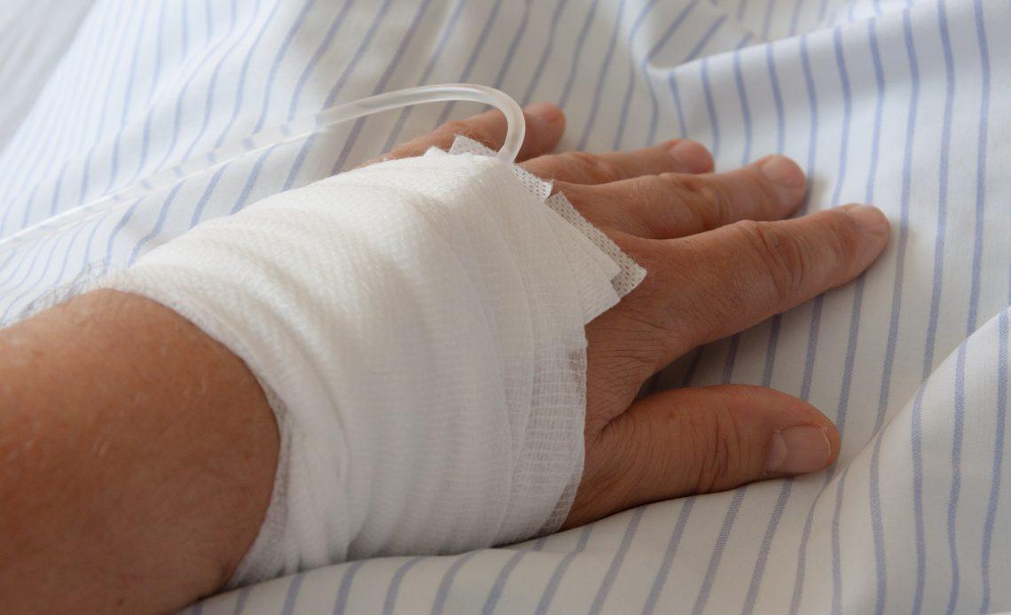 obandażowana ręka w szpitalu