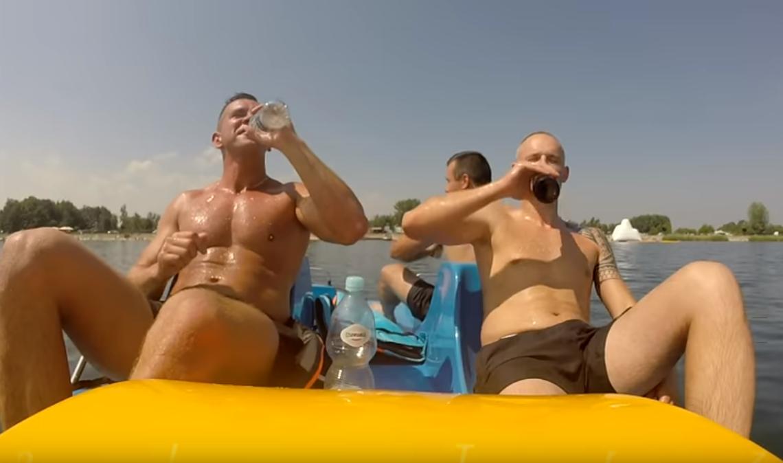 picie alkoholu na rowerku wodnym